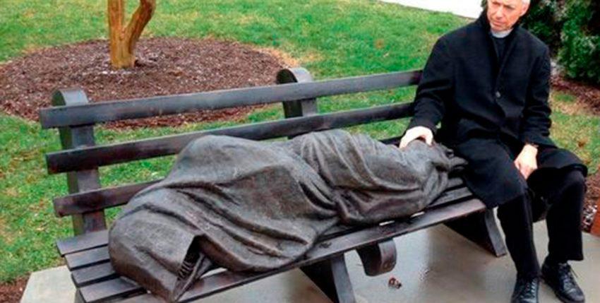 Una estatua de un hombre sin hogar desató la furia de un vecindario de ricos