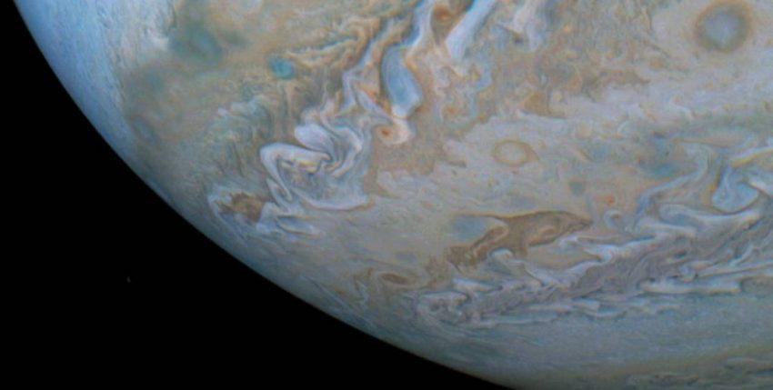La NASA descubre 'delfines' nadando en la superficie de Júpiter